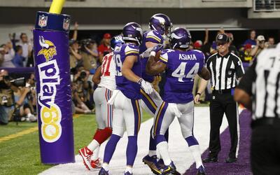 Los Vikings siguen invictos y en plan grande al sacudirse 24-10 a los Gi...