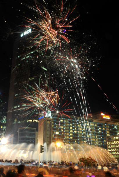Los fuegos artificiales también se vieron en el cielo de Jakarta Indones...