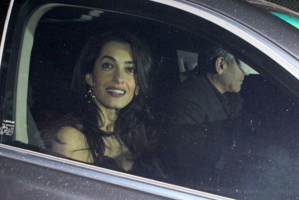 Mientras George intentaba huir de los paparazzi, Amal posaba para las c&...