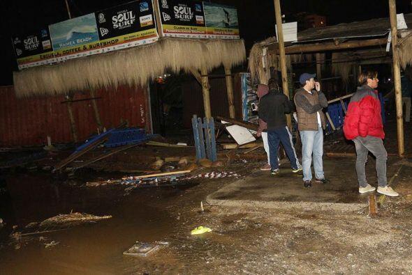 Habitantes de Valparaíso revisas los daños tras el sismo.