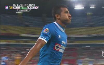 Joao Rojas falla su penal, pero anota en el rebote para marcar su doblete
