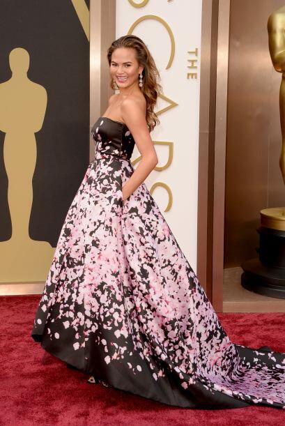 Chrissy Teigen apostó por las flores de este extraordinario vestido de M...