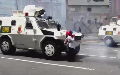 Arriesgando su vida, abuela venezolana frenó una tanqueta oficial durant...