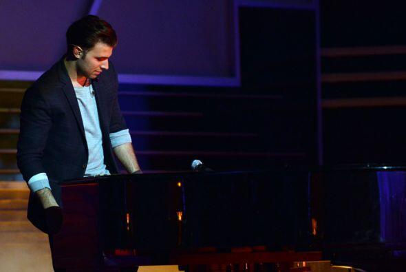 Jencarlos se puso muy romántico frente al piano.