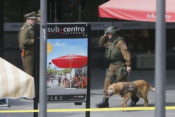 Un policía recorre con un perro adiestrado los alrededores de la estació...