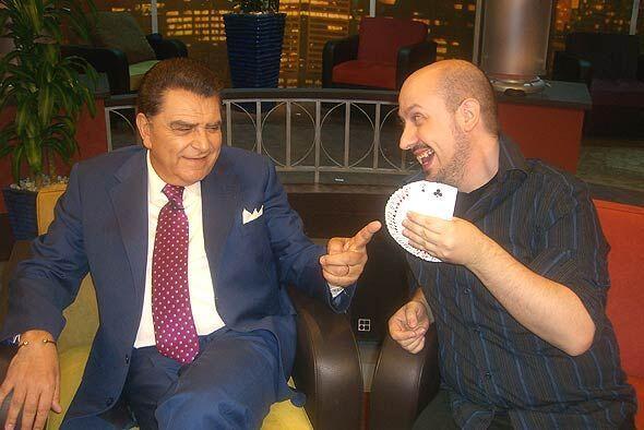 Juan Carlos sorprende al Don  con el manejo de las cartas.