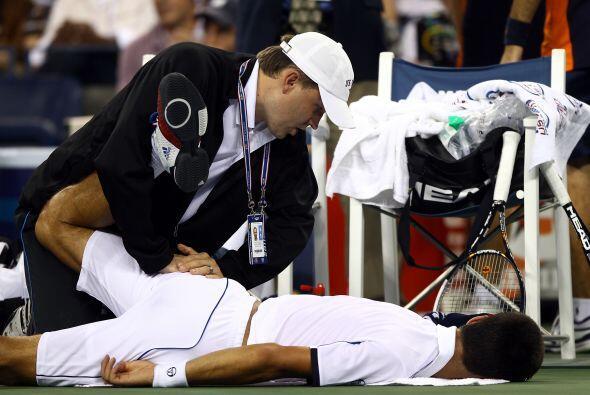 Djokovic recibió tratamiento en la parte baja de la espalda antes...