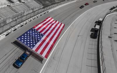 Chevrolet establece un récord Guiness remolcando bandera de 3,186 pies c...