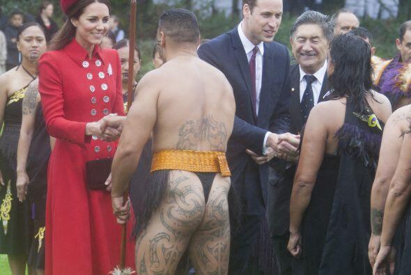 Kate y William saludaron a la pareja Maori. Mira aquí los videos...