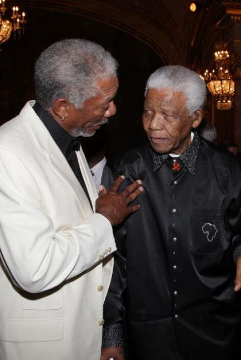 El actor Morgan Freeman y Nelson Mandela durante una cena de gala para r...