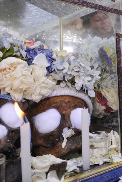 La creencia popular señala que estos cráneos -algunas veces de familiare...