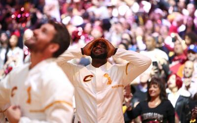 LeBron emocionado con la nueva pancarta de campeones en la Arena.
