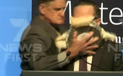 En video: Le lanzan un pastel en la cara a un ejecutivo de una aerolínea