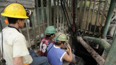 Mineros entran a la mina Casa Negra en Portovelo, Ecuador, donde se han...