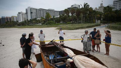 El bote en que llegaron a Miami Beach 12 cubanos y un perro desde Cuba