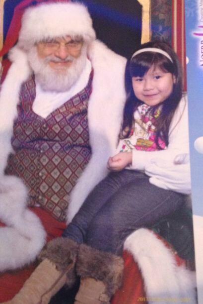 Alyssa envió una foto de su hija con Santa Claus.