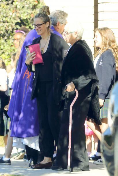 La señora usa bastón desde hace mucho tiempo.  Mira aquí los videos más...