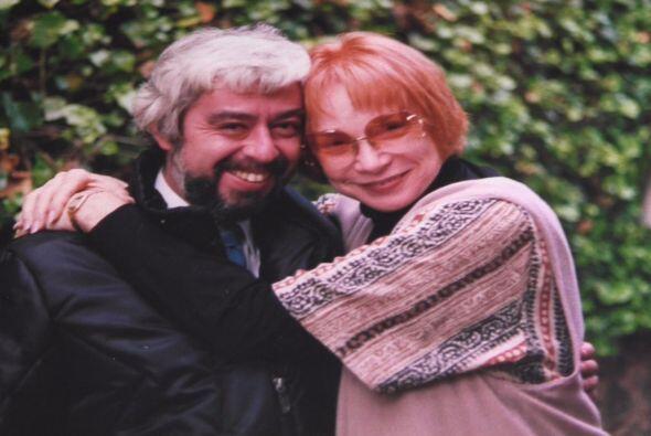 Aquí vemos al periodista con la actriz Shirley MacLean.