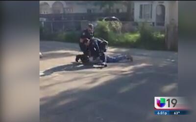 Video muestra como un policía de Sacramento golpea a una persona afroame...
