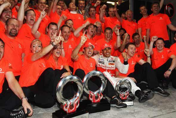 Hamilton celebró con el equipo completo de sus mecánicos d...