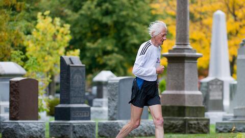 Ed Whitlock entrenaba corriendo alrededor de un cementerio en Toronto.
