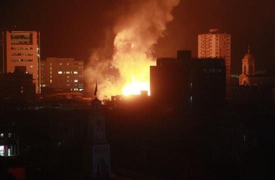 Vista de un incendio de grandes proporciones en el casco histórico de la...