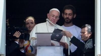 Pulsando sobre la pantalla de la tableta, como se pudo ver en la transmi...