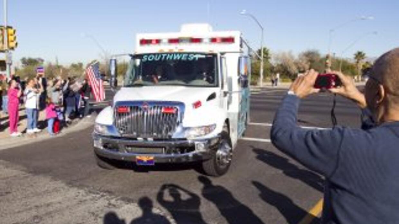 Mucha gente esperó el paso de la ambulancia que llevó a la legisladorta...