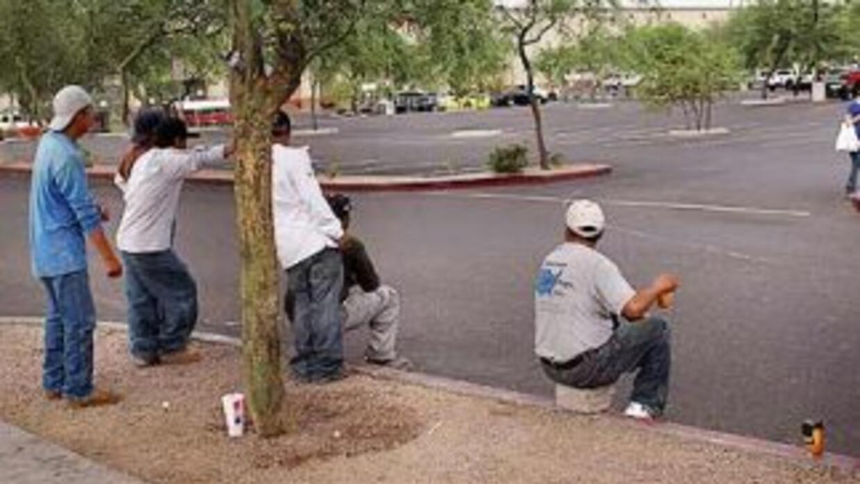 Entre otras medidas, la Ley migratoria SB 1070 de Arizona prohibió a los...