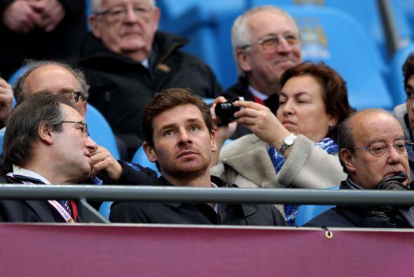 Mientras tanto Villas Boas, DT del Chelsea, disfrutaba del partido en la...
