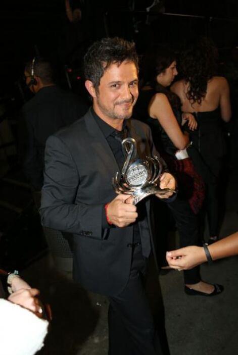 Muy presumido Alejandro Sanz con trofeo en mano.