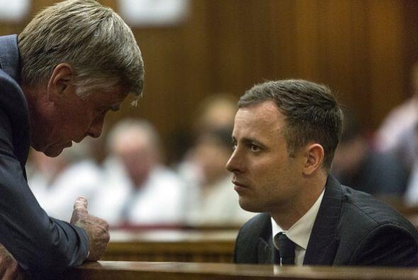 Pistorius escucha a uno de sus abogados defensores este lunes en el Trib...