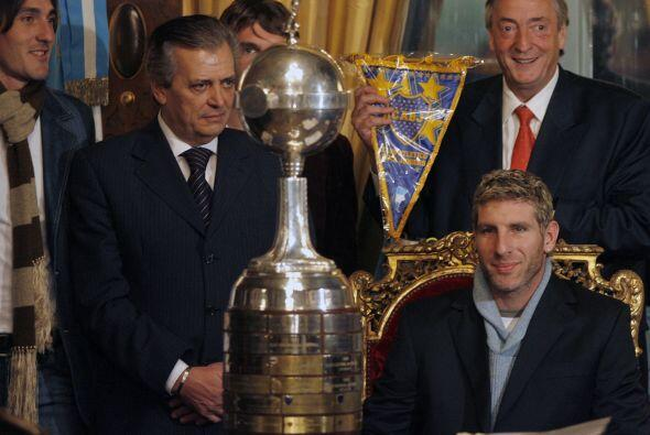 Con el trofeo de la Copa Libertadores ganada en el 2007 por Boca, Palerm...
