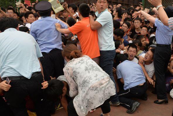 La multitud empujó a algunos policías y guardias de seguridad fueron env...