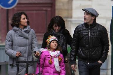 Halle Berry aprovechó las fechas decembrinas para dar un paseo familiar...