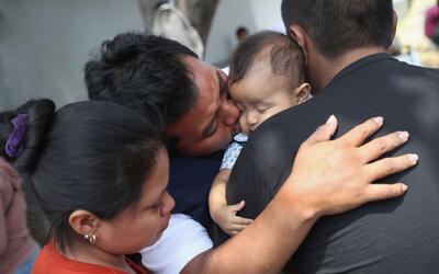 Eric Pérez se despide de su hija de 18 meses antes de ser deporta...