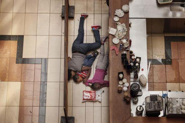 """Esta foto de la serie """"Masacre en Westgate Mall,"""" donde una mujer y los..."""