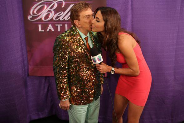 Y la entrevista la concluyeron con un tierno beso. ¡Qué lin...