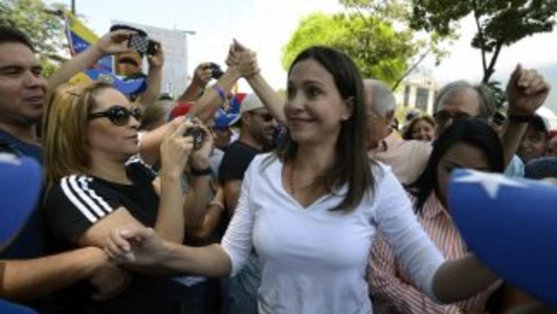 Maria Corina Machado saluda a los manifestantes frente a la OEA en Cara...