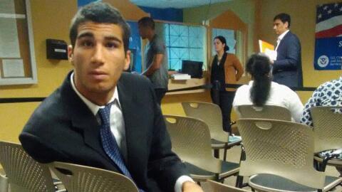 Marco Coello minutos antes de ser detenido mientras esperaba su primera...