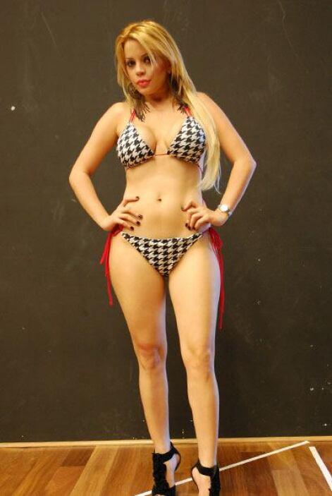 Natalia eligió de su armario el mejor bikini para mostrar sus espectacul...