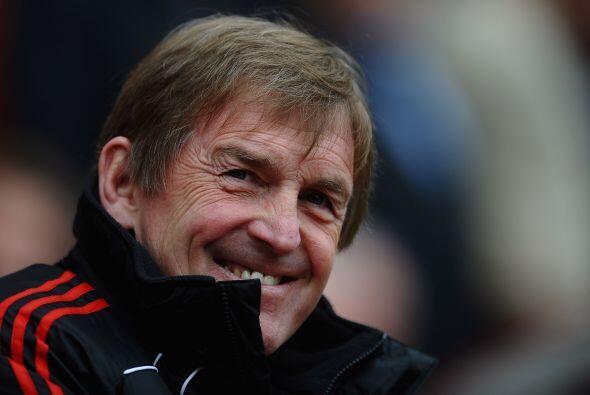 El entrenador del Liverpool, Kenny Dalglish, se veía contento ant...