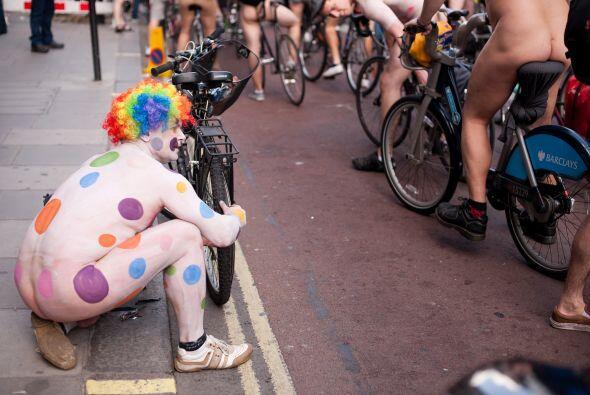 En las ciudades europeas, los ciclistas recurrieron a ocurrentes disfraces.