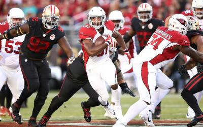 El corredor de Arizona, David Johnson, tuvo 157 yardas terrestres con do...
