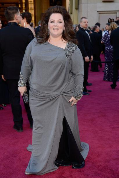 Melissa McCarthy tomó una sábana, se enredó en ella...