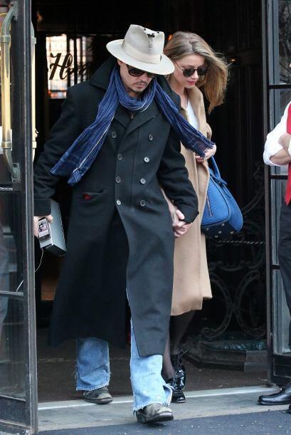 Depp trató de ponerse entre las cámaras y su enamorada.Mir...