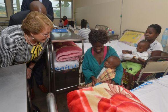 Bachelet también realizó una visita al Hospital General de Mavalane, en...