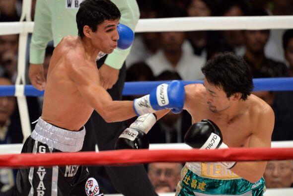 Mediada la pelea Shinsuke comenzó a apretar y el mexicano tuvo m&...