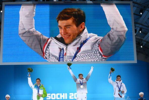 Peter Prevc, de Eslovenia (en la pantalla) fue el ganador de la medalla...