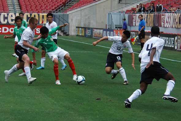 Las selecciones sub-17 de Estados Unidos y México jugaron un partido ami...